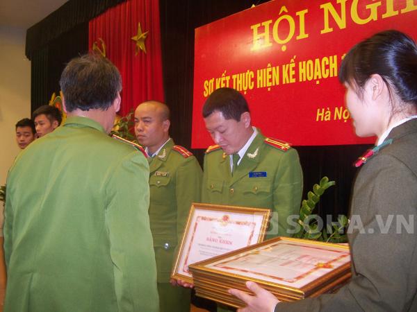 Thiếu tướng Trần Thùy đang trao Bằng khen của Bộ Công an cho các cá nhân có thành tích xuất sắc.