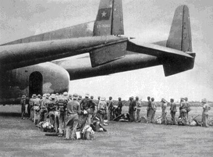 Bộ đội Việt Nam ở Campuchia chờ lên máy bay về nước chi viện cho biên giới phía Bắc