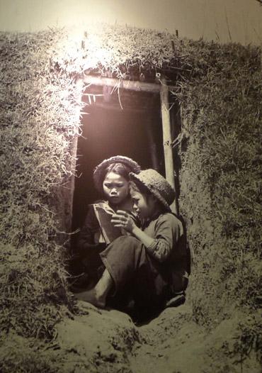 Ôn bài ở cửa hầm trú ẩn