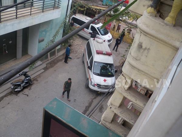 3 chiếc xe cứu thương đến hiện trường để đưa các tử thi đi khám nghiệm.