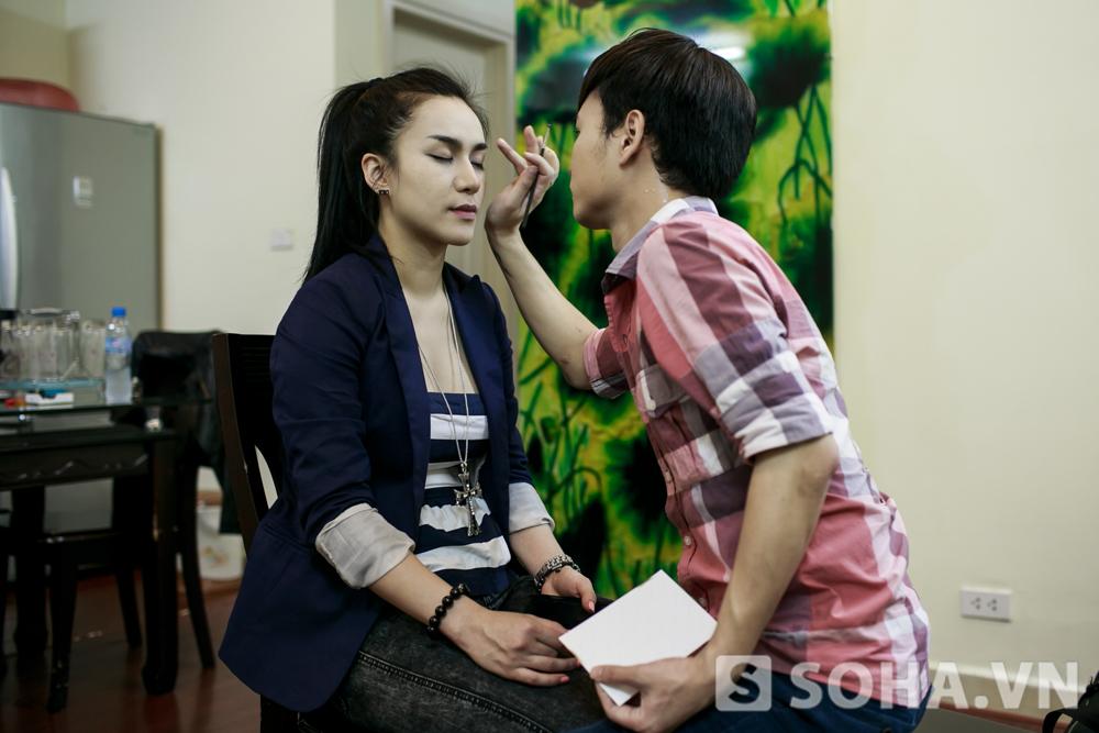 Trước giờ lên sân khấu, Hồng Nhung được một chuyên gia make up chăm sóc.