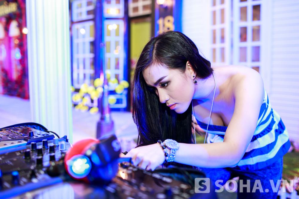 Mỗi đêm, Hồng Nhung thường biểu diễn 1 - 3 ca, mỗi ca khéo dài 1 tiếng. Có lúc cô làm việc sớm, khoảng 9 - 10 giờ, cũng có khi Hồng Nhung phải tất bật đến 1h đêm.
