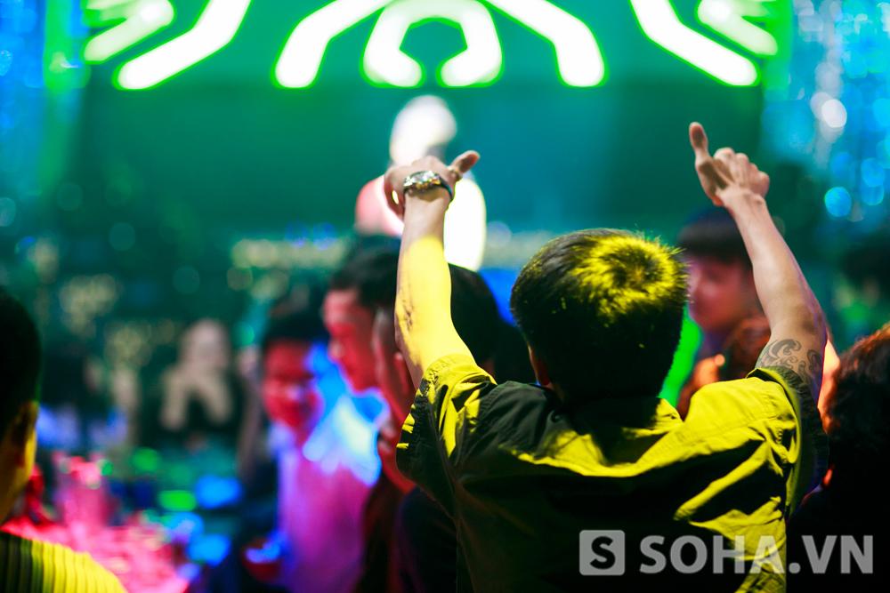 Khán giả hưng phấn với không gian âm nhạc mà Hồng Nhung tạo ra.