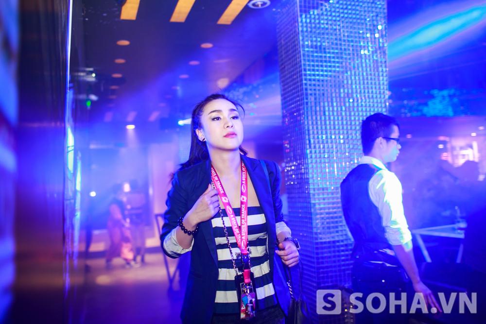 Khoảng 1h đêm, Hồng Nhung kết thúc công việc của mình tại quán bar. Cô vẫn vô cùng tươi tỉnh và rạng rỡ. Vì nghiện âm nhạc nên chưa bao giờ tôi thấy mệt. Cứ nghe nhạc là tỉnh ra rồi.