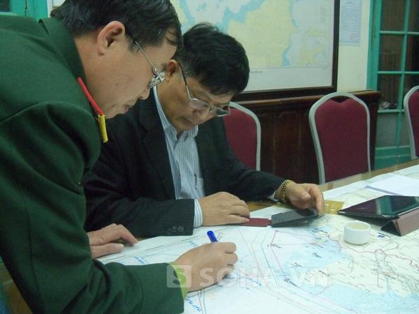 Ông Vũ Thế Chiến đang phân tích về hai vết dầu loang.
