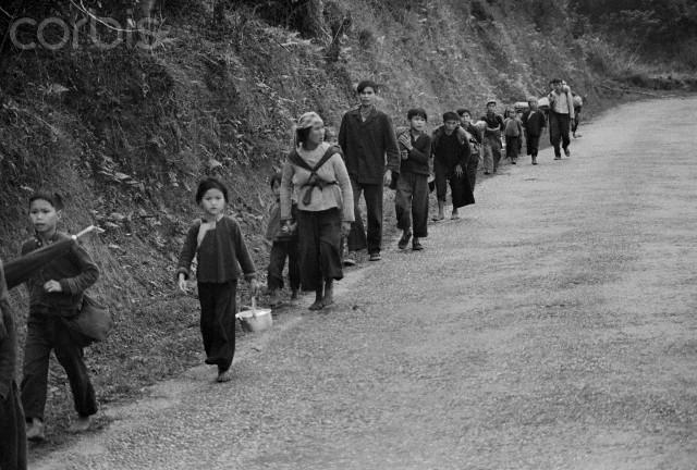 Người dân Việt Nam đi sơ tán (Ảnh: Corbis)