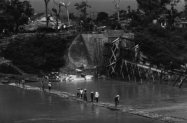 Cầu tạm của người dân bắc qua một con sông ở Lạng Sơn.
