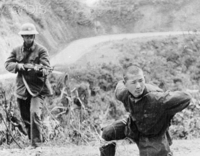 Chiến sĩ Việt Nam bắt giữ tù binh ngày 28/1 tại Cao Bằng (Ảnh: Corbis)