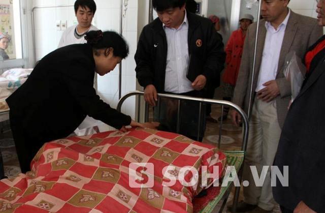 Một trong số những nạn nhân trong vụ đi đưa đám tang bị sập cầu tại bản Chu Va 6, xã Sơn Bình đang điều trị tại bệnh viện