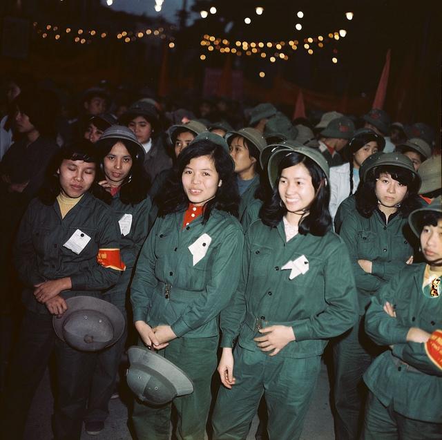 Những cô gái đôi mươi, duyên dáng và kiên cường, sẵn sàng bảo vệ Tổ quốc