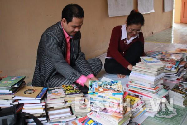 Độc giả cùng sắp xếp, phân loại những cuốn sách, truyện cho Tủ sách tại thôn Mỹ Tiên sáng 10/4.
