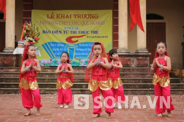 Tiết mục múa dễ thương đến từ những em nhỏ của thôn Mỹ Tiên.