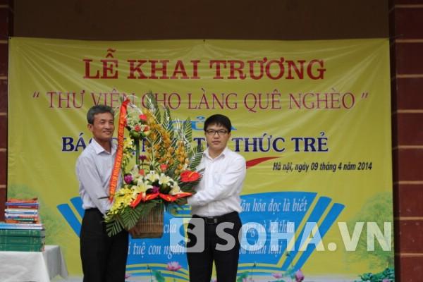 Ông Phan Hồng Sơn (Phó TBT Báo Giáo dục Việt Nam) trao lẵng hoa chúc mừng.