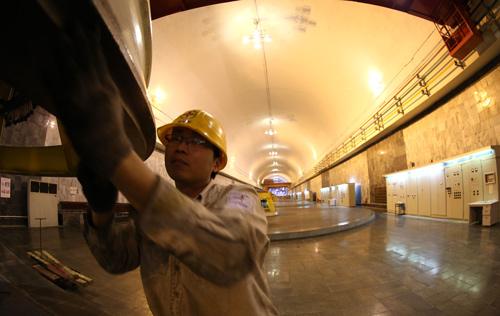 Những người công nhân làm việc lặng thầm trong các đường hầm