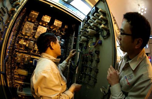 Công trình thủy điện Hòa Bình góp phần quan trọng vào việc phòng chống lũ lụt cho vùng đồng bằng châu thổ sông Hồng, trong đó có thủ đô Hà Nội. Kiểm tra kỹ thuật là công việc thường ngày và liên tục của các ca kíp kỹ sư ở đây