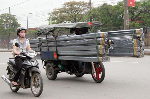 Những hiểm nguy rình rập trẻ nhỏ trên đường phố Việt Nam - Ảnh 2.