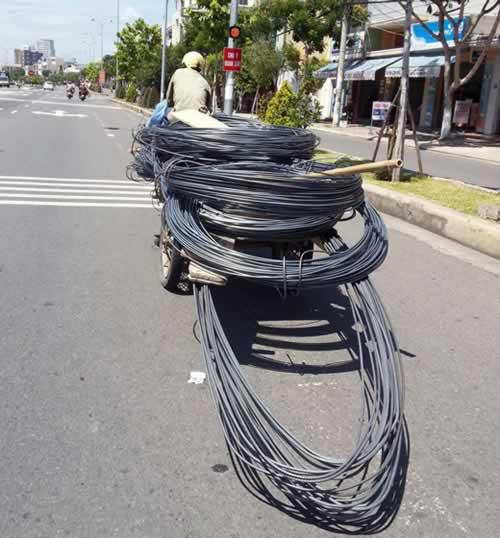 Những hiểm nguy rình rập trẻ nhỏ trên đường phố Việt Nam - Ảnh 4.