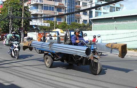 Những hiểm nguy rình rập trẻ nhỏ trên đường phố Việt Nam - Ảnh 7.