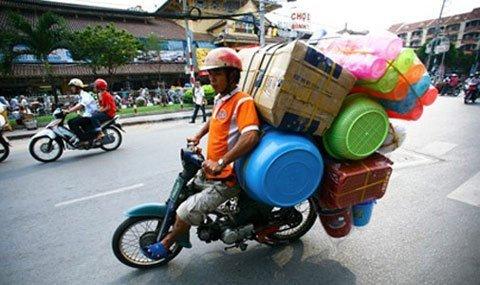 Những hiểm nguy rình rập trẻ nhỏ trên đường phố Việt Nam - Ảnh 10.