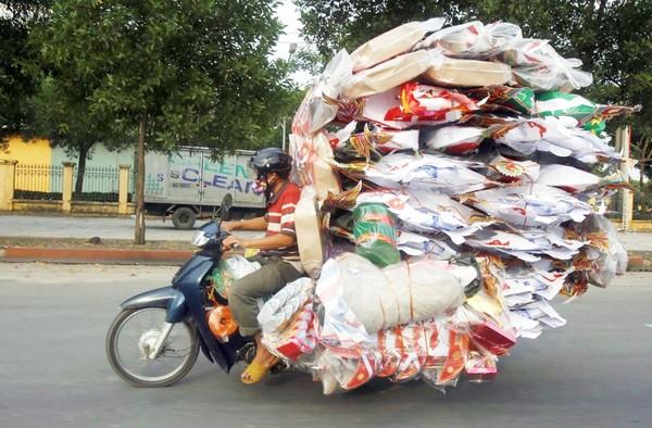 Những hiểm nguy rình rập trẻ nhỏ trên đường phố Việt Nam - Ảnh 11.