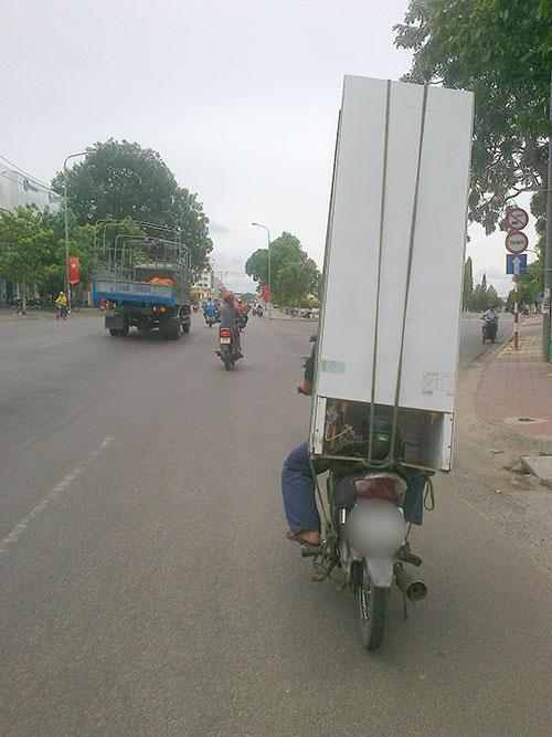 Những hiểm nguy rình rập trẻ nhỏ trên đường phố Việt Nam - Ảnh 12.