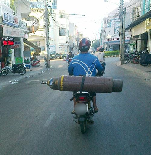 Những hiểm nguy rình rập trẻ nhỏ trên đường phố Việt Nam - Ảnh 14.