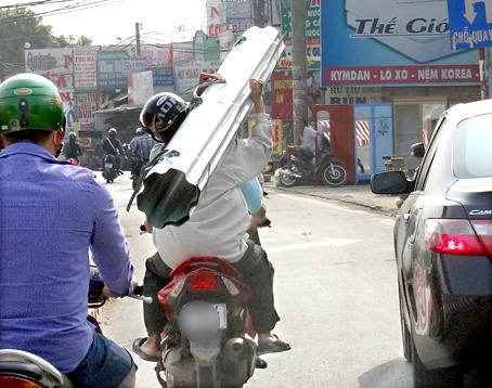 Những hiểm nguy rình rập trẻ nhỏ trên đường phố Việt Nam - Ảnh 13.