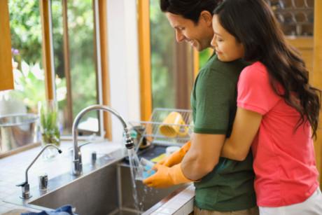 1475660955172 Rửa bát giúp cho vợ, đàn ông sẽ kiếm được nhiều tiền hơn!