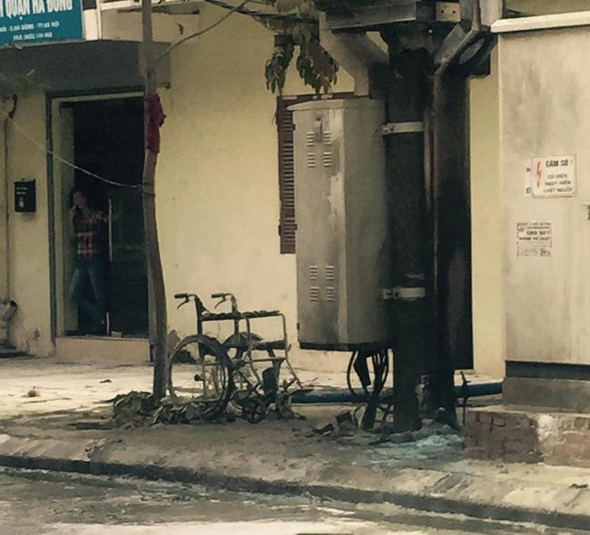 Clip nổ bốt điện kinh hoàng, 3 người bị thương nặng ở Hà Đông - Ảnh 4.