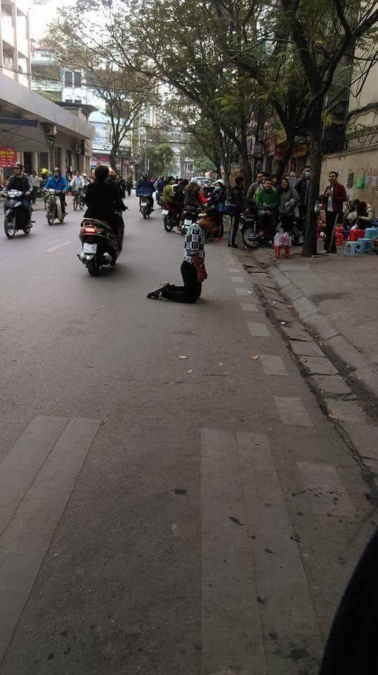 Quỳ gối trước cổng trường ĐH, chàng trai gây chú ý nhất ngày hôm nay - Ảnh 2.