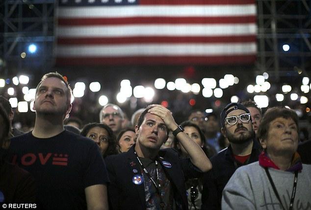 [CHÙM ẢNH] Người ủng hộ Clinton tuyệt vọng nức nở, fan Trump reo hò ăn mừng chiến thắng - Ảnh 1.