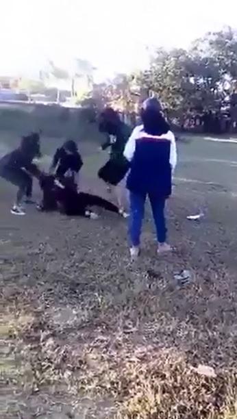 Nhóm nữ sinh đánh, lột áo bạn giữa đường rồi lên facebook xin lỗi  - Ảnh 1.