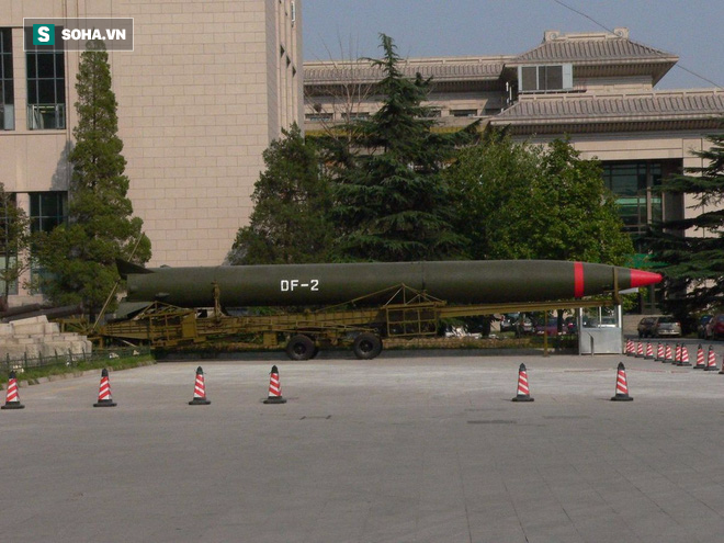 Tên lửa hạt nhân DF-2 của Trung Quốc rơi tự do sau khi phóng, gây vụ nổ lớn dưới mặt đất - Ảnh 1.