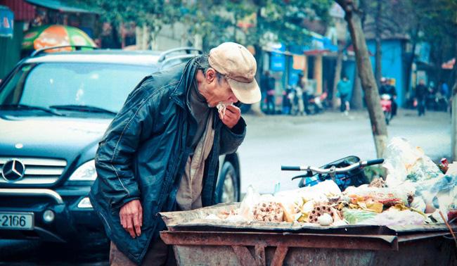 Cụ ông uống nước thừa trong thùng rác sẽ khiến người xem nhói lòng - Ảnh 2.