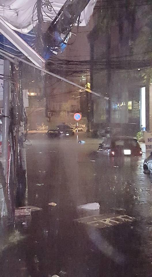 [ẢNH] Hà Nội ngập nặng sau trận mưa liên tục suốt đêm - Ảnh 35.
