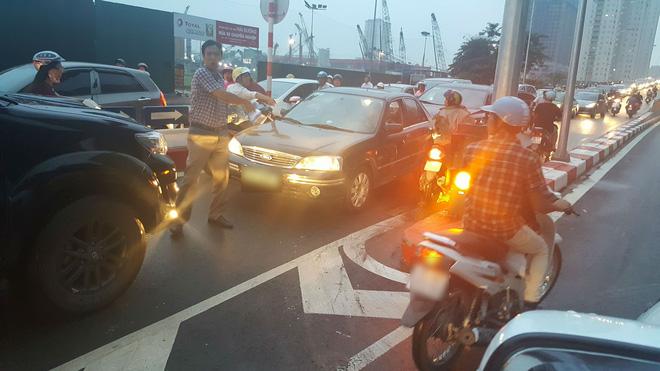Sáng nay, tài xế taxi khiến cả một phố Hà Nội bức xúc - Ảnh 4.