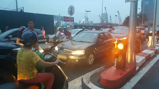 Sáng nay, tài xế taxi khiến cả một phố Hà Nội bức xúc - Ảnh 5.