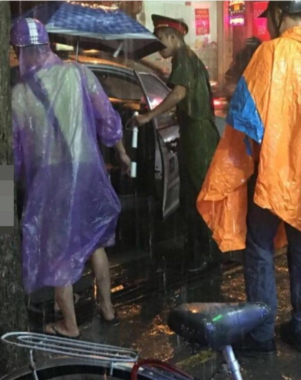 Chiến sĩ Công an dầm mưa giữa phố và bức ảnh hơn 4 nghìn like - Ảnh 1.
