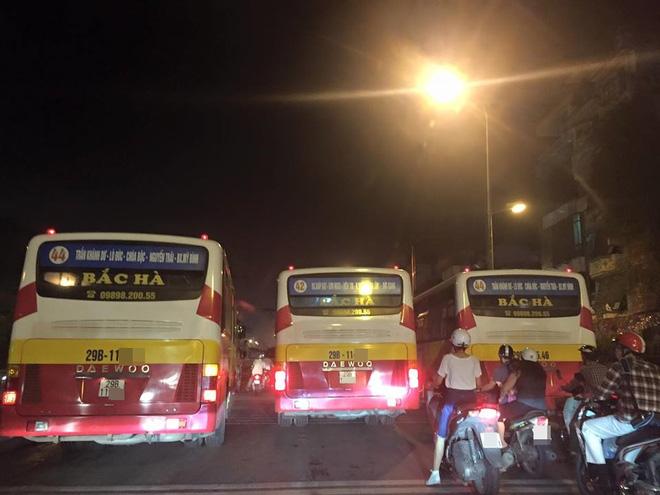 Pha đánh lái khiến nhiều người thót tim của xe buýt - Ảnh 3.