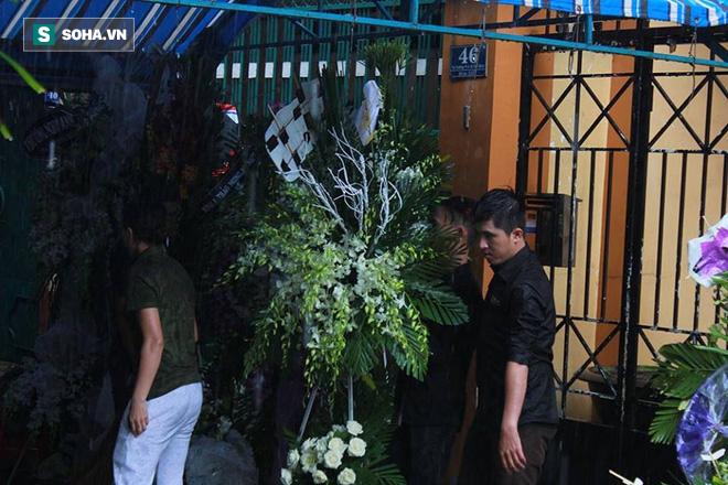 Vòng hoa viếng Minh Thuận tan hoang dưới mưa lớn - Ảnh 8.