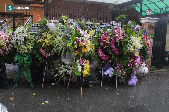 Vòng hoa viếng Minh Thuận tan hoang dưới mưa lớn - Ảnh 5.
