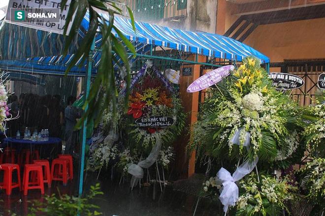 Vòng hoa viếng Minh Thuận tan hoang dưới mưa lớn - Ảnh 6.