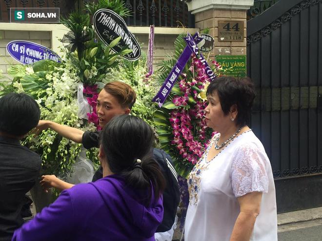 Vòng hoa viếng Minh Thuận tan hoang dưới mưa lớn - Ảnh 9.