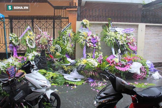 Vòng hoa viếng Minh Thuận tan hoang dưới mưa lớn - Ảnh 2.