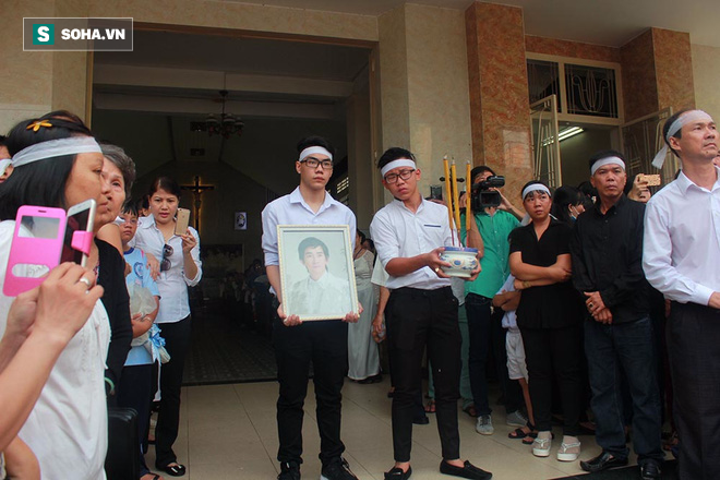 Trực Tiếp:  Đàm Vĩnh Hưng lặng lẽ xuất hiện để đưa tiễn Minh Thuận - Ảnh 9.