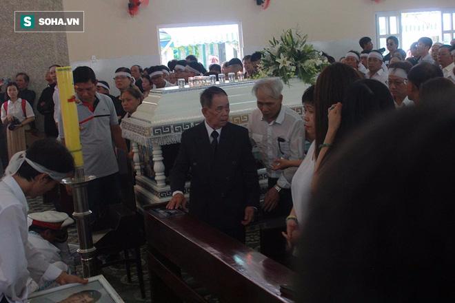Trực Tiếp: Bát hương đổ, di ảnh Minh Thuận bị rơi khi di quan - Ảnh 7.