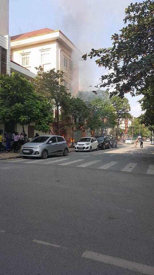 Clip nổ bốt điện kinh hoàng, 3 người bị thương nặng ở Hà Đông - Ảnh 2.