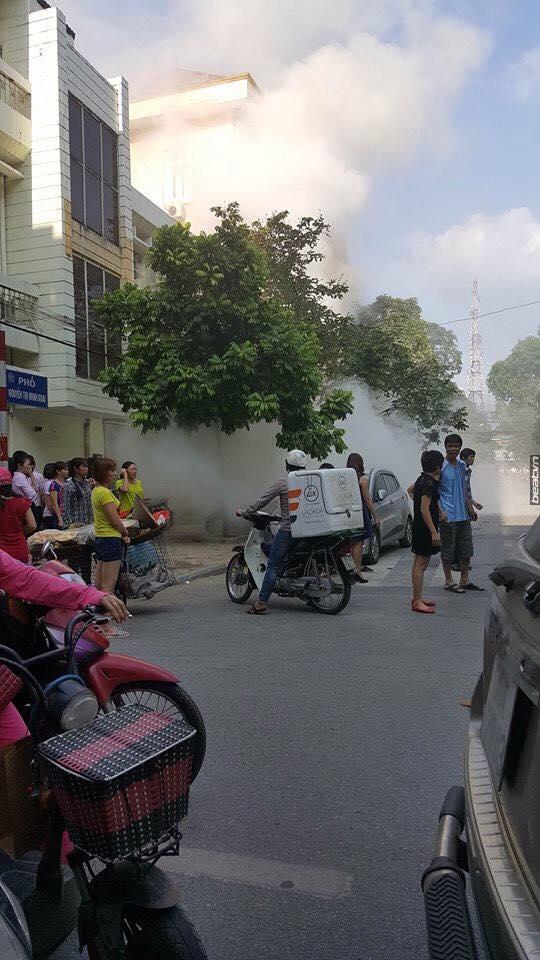 Clip nổ bốt điện kinh hoàng, 3 người bị thương nặng ở Hà Đông - Ảnh 3.
