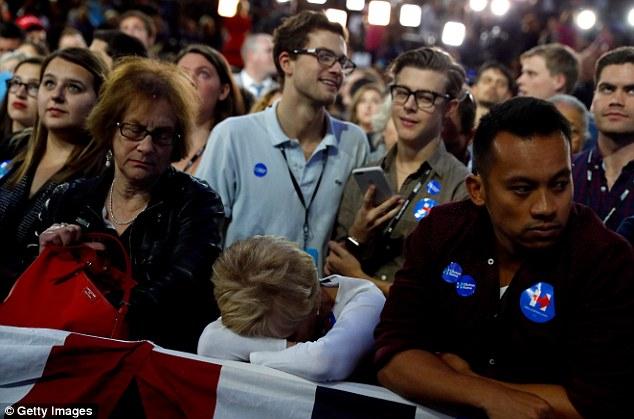 [CHÙM ẢNH] Người ủng hộ Clinton tuyệt vọng nức nở, fan Trump reo hò ăn mừng chiến thắng - Ảnh 2.