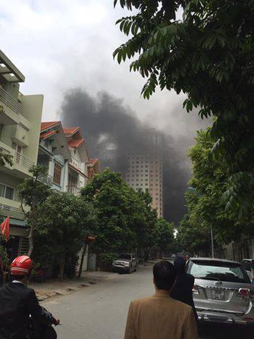 Cháy chung cư Xa La, dân nháo nhào tháo chạy - Ảnh 1.
